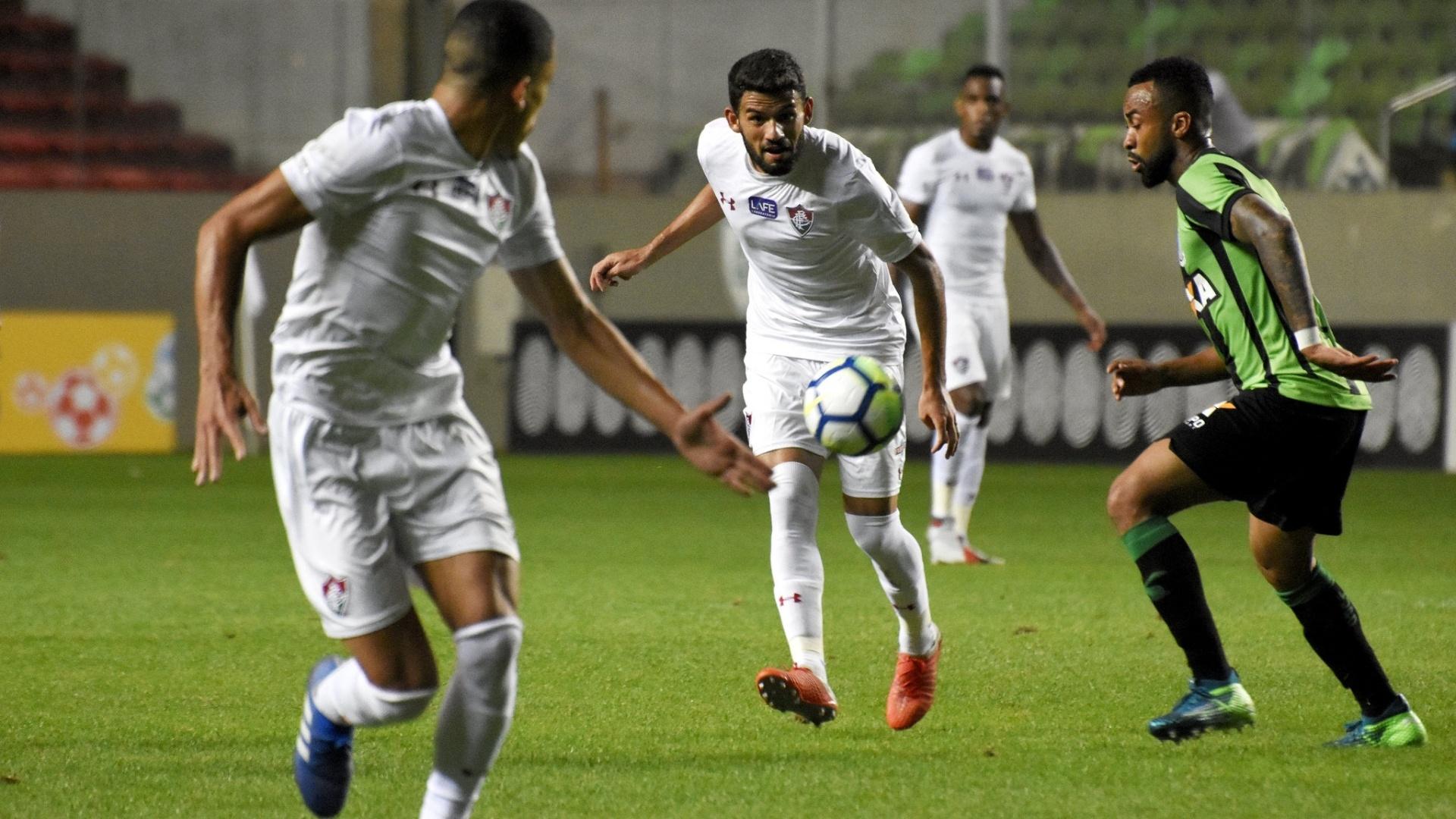 O volante Jadson em lance da partida entre América-MG e Fluminense