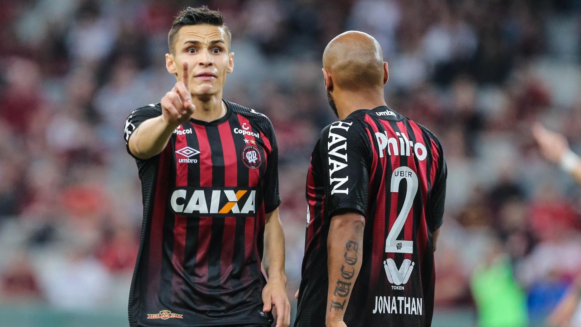 Raphael Veiga comemora gol do Atlético-PR contra o Vasco, pelo Campeonato Brasileiro