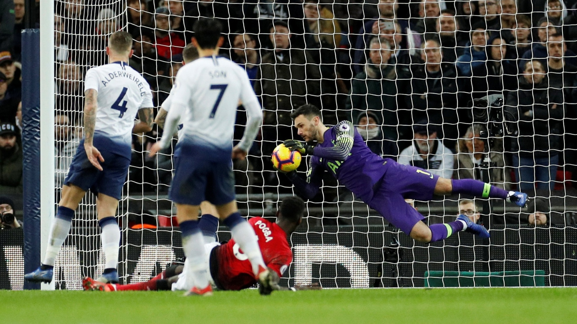 Hugo Lloris, goleiro do Tottenham, defende chute de jogador do United