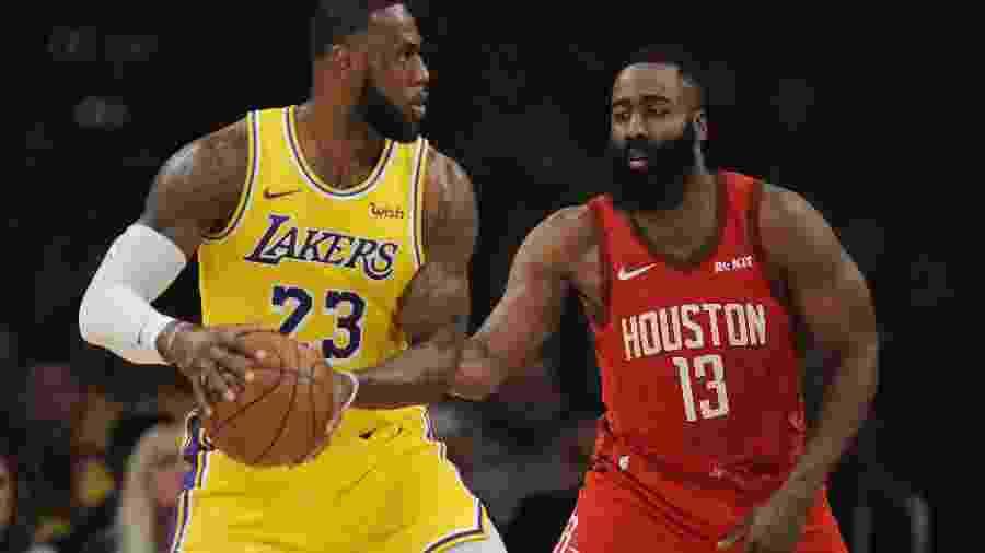 LeBron James é marcado por James Harden durante Los Angeles Lakers x Houston Rockets - Gary A. Vasquez-USA TODAY Sports