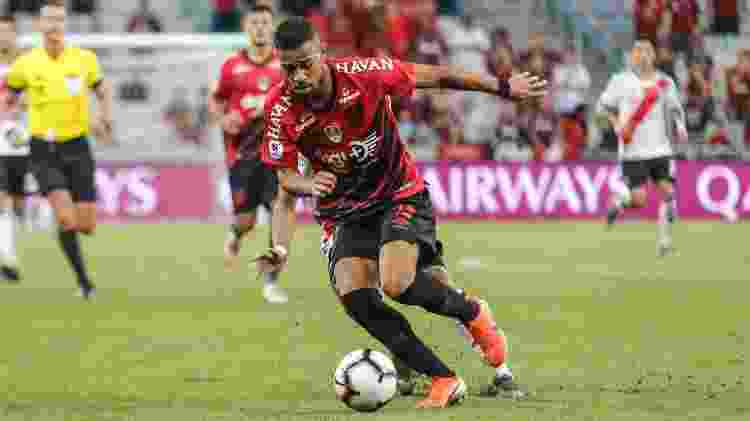 Renan Lodi acabou vetado pelo próprio Athletico do jogo contra o Fluminense - Gabriel Machado/AGIF