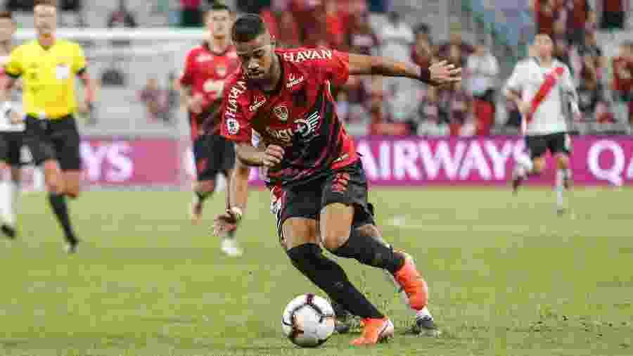 Renan Lodi segue sem saber se pode entrar em campo pelo Athletico - Gabriel Machado/AGIF