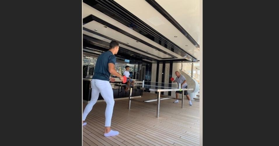 Cristiano Ronaldo jogando ping-pong