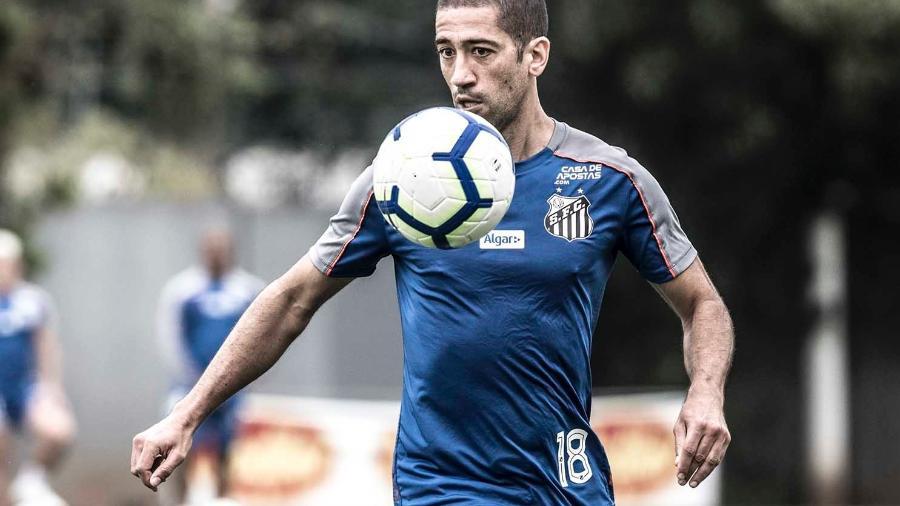 Meia Evandro domina bola durante treino do Santos - Ivan Storti/Santos FC