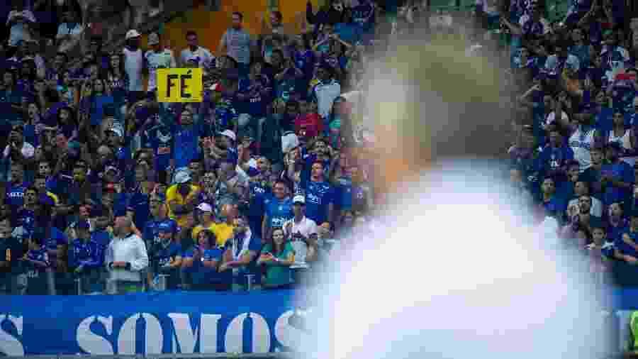 Abel Braga com torcida do Cruzeiro ao fundo no Mineirão; técnico tenta tirar a equipe do Z4 - Bruno Haddad/Cruzeiro