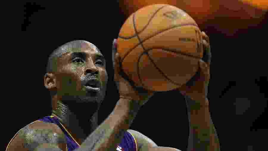 Kobe Bryant durante lance livre contra o Milwaukee Bucks em 2010 - Jonathan Daniel/Getty Images