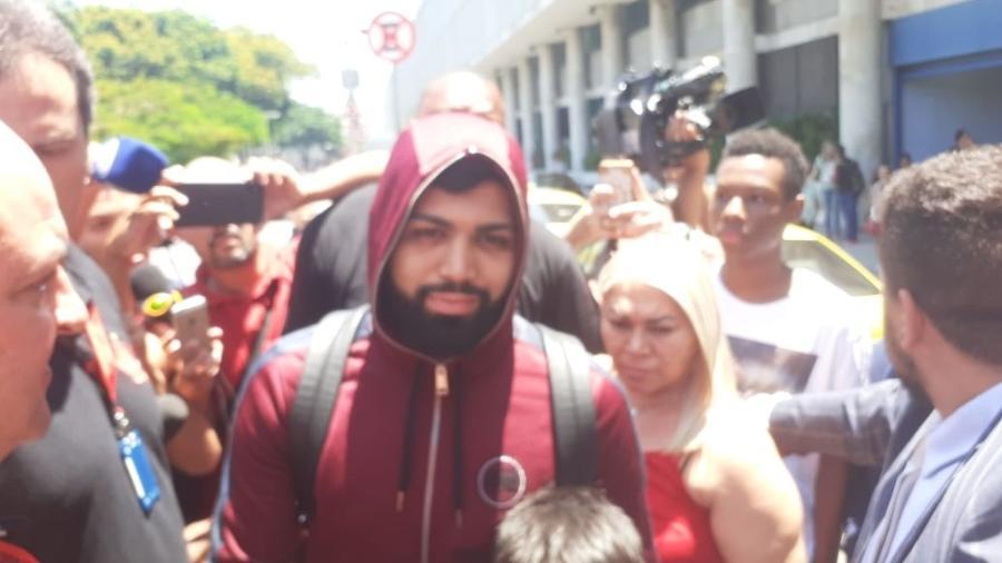 Gabigol desembarca no Rio de Janeiro encapuzado: atacante pôs fim à novela e renovou com o Flamengo - Leo Burlá / UOL Esporte