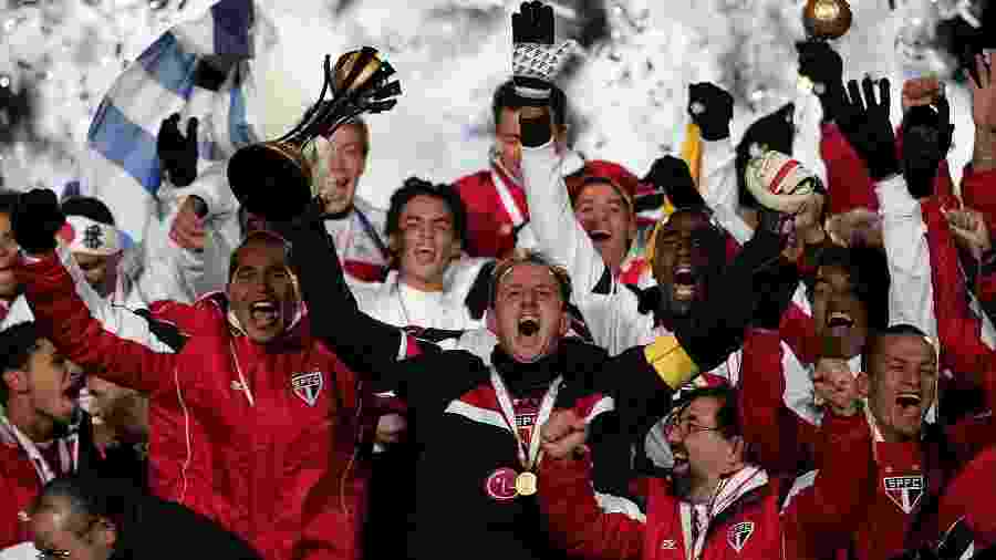 São Paulo comemorando o título do Campeonato Mundial de Clubes FIFA de 2005, comandado pelo capitão Rogério Ceni - Martin Rickett - PA Images/PA Images via Getty Images