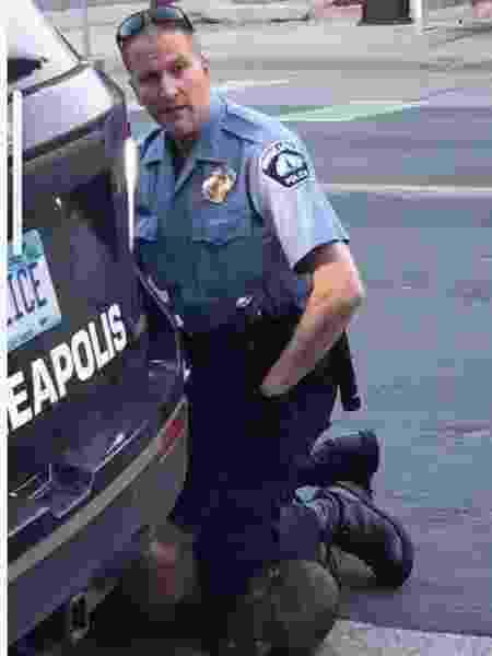 Policial ajoelha sobre pescoço de homem negro nos EUA - Reprodução/Twitter