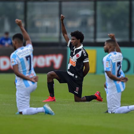 Jogadores de Vasco e Macae antes da partida no estádio de São Januário pelo Carioca - Thiago Ribeiro/AGIF