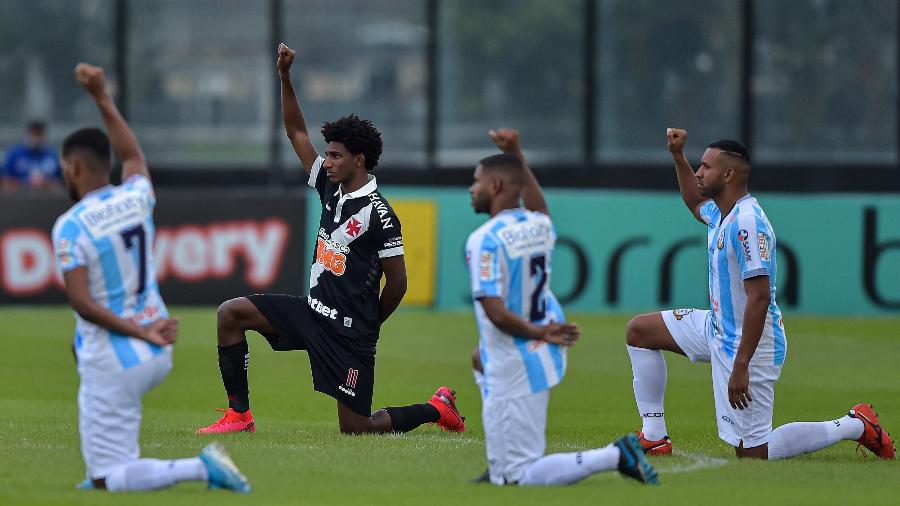 Jogadores de Vasco e Macae antes da partida no estádio de São Januário pelo campeonato Carioca - Thiago Ribeiro/AGIF