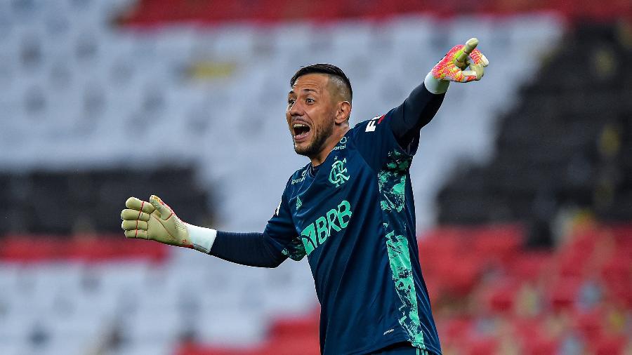 Diego Alves testa negativo para Covid e vai retomar treinos
