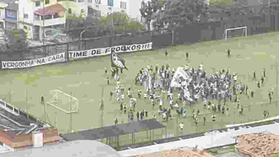 Torcedores do Botafogo protestaram e xingaram o ex-presidente Carlos Augusto Montenegro e Nelson Mufarrej, o atual - Reprodução