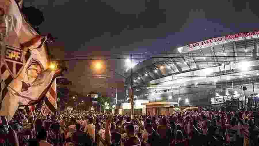 Ontem (18), centenas de torcedores do São Paulo se aglomeraram do lado de fora do Estádio do Morumbi - Reprodução