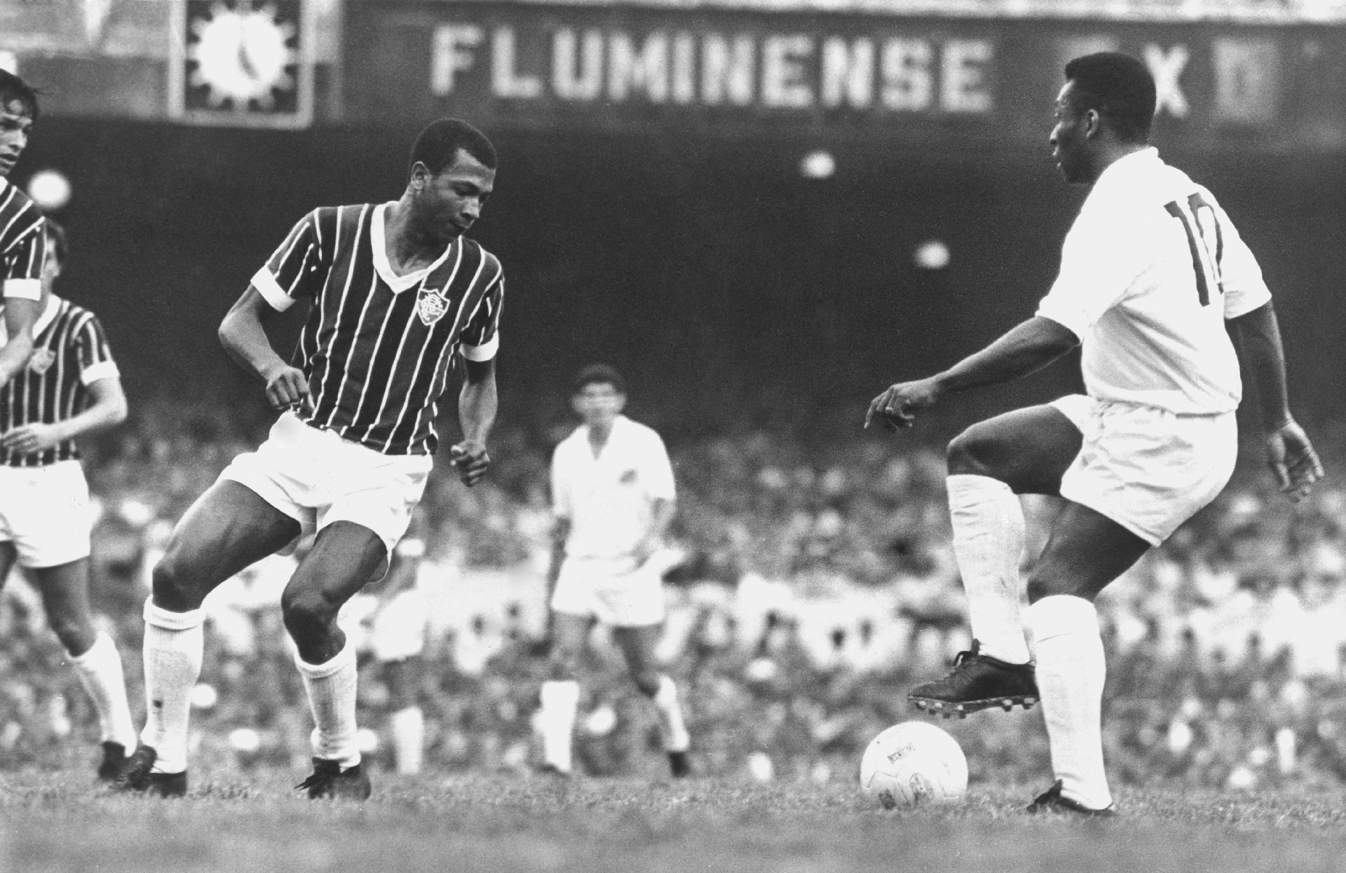 Pelé (e), do Santos para diante da marcação do jogador Cafuringa (Moacir Fernandes), do Fluminense, no jogo (empate em 0 a 0) válido pelo Torneio Roberto Gomes Pedrosa, realizado no estádio do Maracanã, no Rio de Janeiro