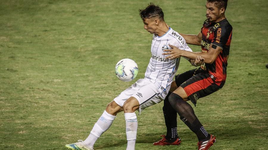 Ferreira e Adryelson em lance do jogo válido pelo Campeonato Brasileiro de 2020 -  Paulo Paiva/AGIF