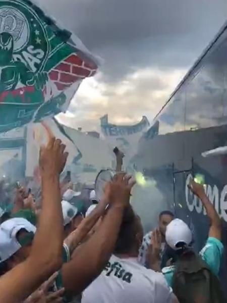 Torcida do Palmeiras vai ao aeroporto dar apoio ao elenco - Reprodução