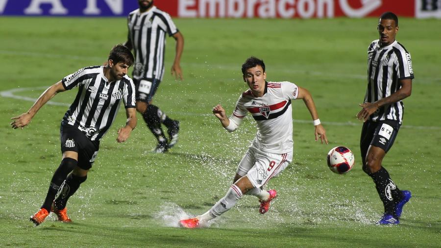 São Paulo x Santos, no Morumbi: Pablo (São Paulo) disputa a bola com Luan Peres (Santos, esquerda) - Flavio Coervello/Futura Press/Estadão