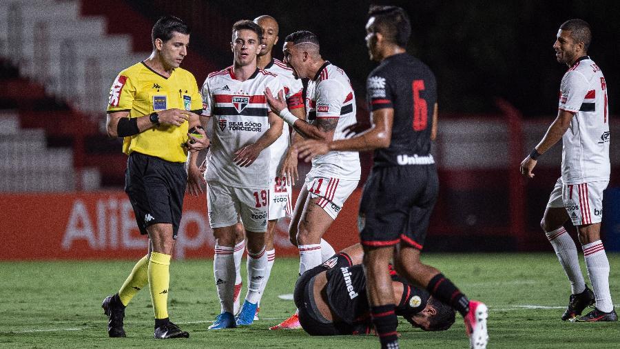 Atacante Luciano reclama com a arbitragem no duelo Atlético-GO x São Paulo - Heber Gomes/AGIF