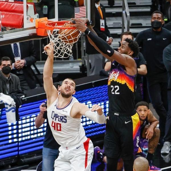 Deandre Ayton enterra na partida entre Phoenix Suns e Los Angeles Clippers