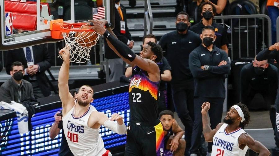 Deandre Ayton enterra na partida entre Phoenix Suns e Los Angeles Clippers - Christian Petersen/Getty Images