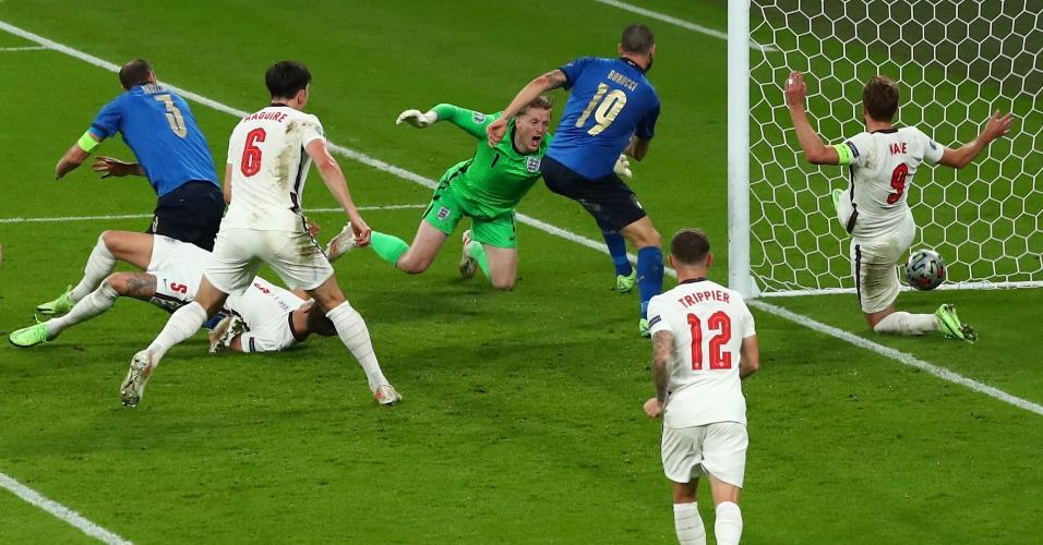 Bonucci empurrou a bola para dentro do gol de Pickford após bate-rebate na área