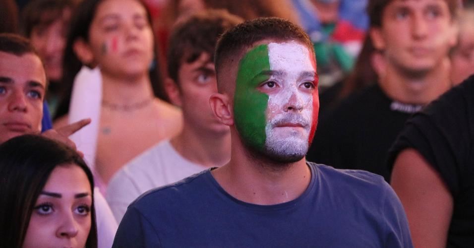 Torcedor italiano mostra tensão durante o 1° tempo, minutos após gol de Luke Shaw pela Inglaterra