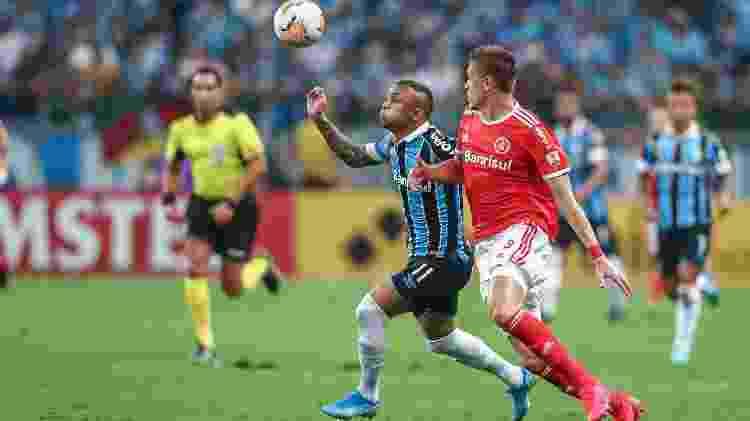 Everton Cebolinha tenta se livrar da marcação de Bruno Fuchs durante o clássico Gre-Nal 424, pela Copa Libertadores  - Lucas Uebel/Lucas Uebel/Gremio FBPA - Lucas Uebel/Lucas Uebel/Gremio FBPA