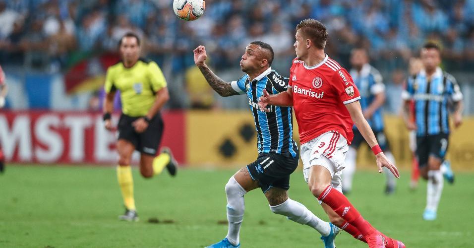 Everton Cebolinha tenta se livrar da marcação de Bruno Fuchs durante o clássico Gre-Nal 424, pela Copa Libertadores