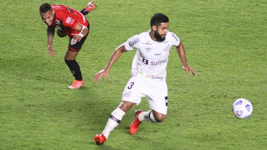 Durante a partida contra o Atlético-GO, Felipe Jonatan mandou uma bomba no travessão para alívio de Fernando Miguel. - Fernanda Luz/AGIF