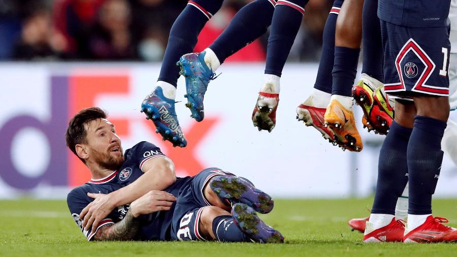 """Lionel Messi """"cobre"""" barreira do PSG durante jogo contra o City - REUTERS"""