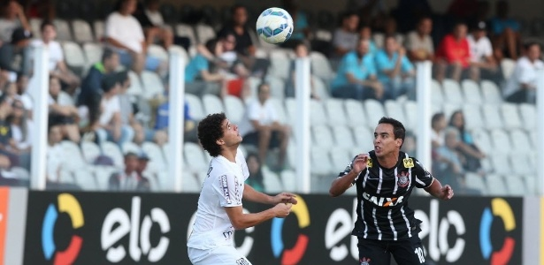 Jadson e Victor Bueno disputam a bola em clássico de 2015, na Vila Belmiro