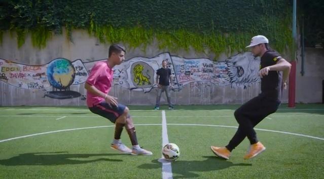 Hachim Mastour e Séan Garnier disputam bola em ação promocional da Red Bull