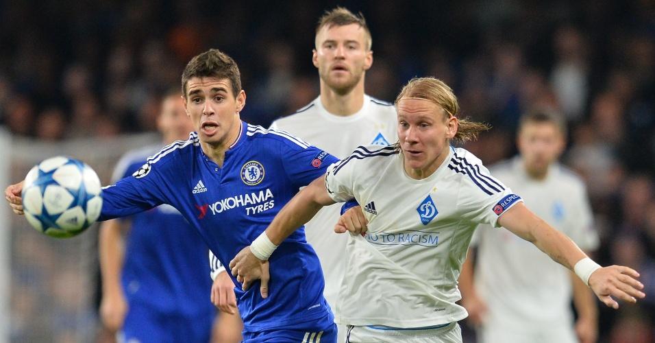 Oscar, brasileiro do Chelsea, disputa bola com jogador do Dínamo de Kiev, em partida na Inglaterra