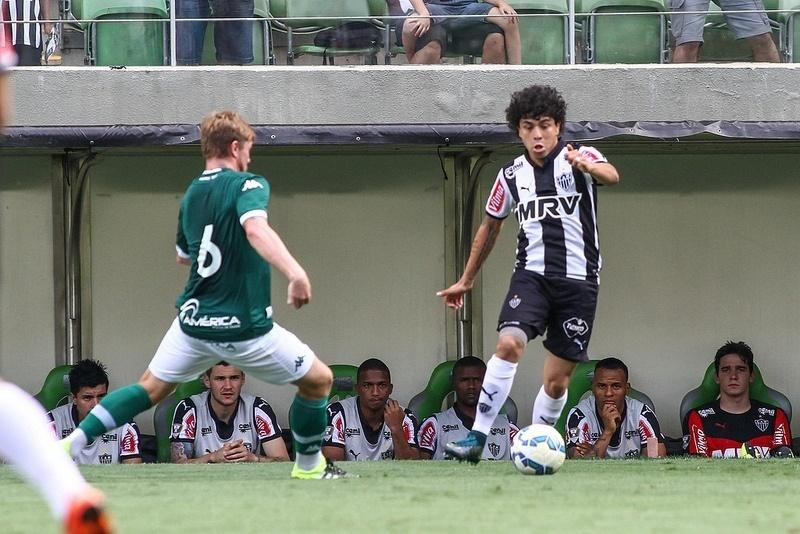 Luan tenta passar pela marcação de Rafael Foster, no duelo entre Atlético--MG e Goiás