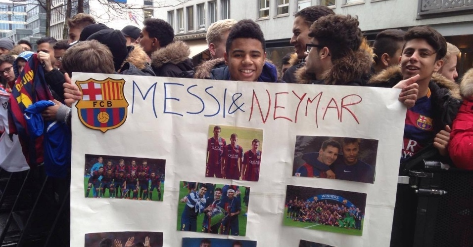 11.jan.2016 - Fã de Messi e Neymar montou cartaz com os jogadores do Barcelona em Zurique