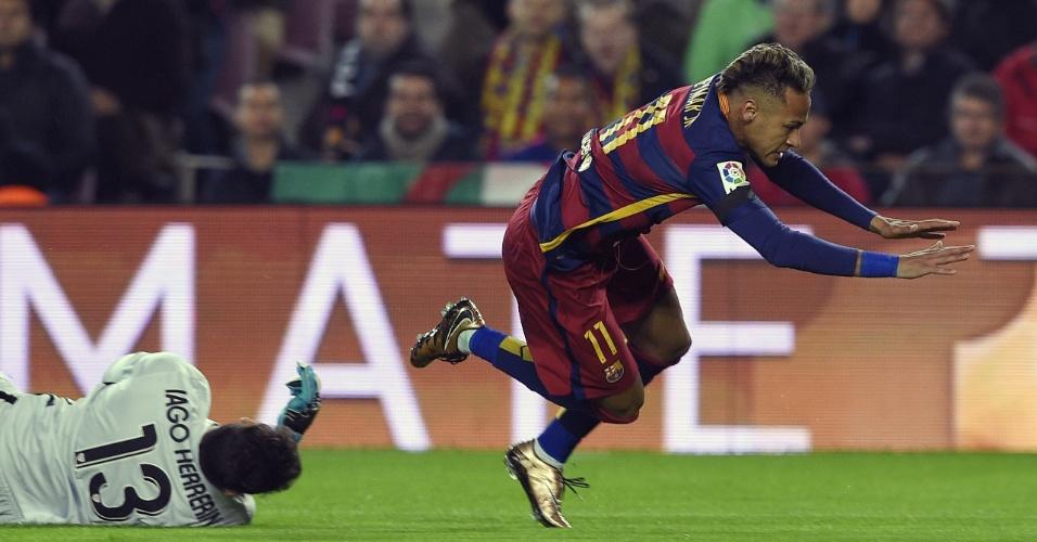 Neymar tenta jogada e é derrubado pelo goleiro Iago Herrerin em jogo válido pela Copa do Rei