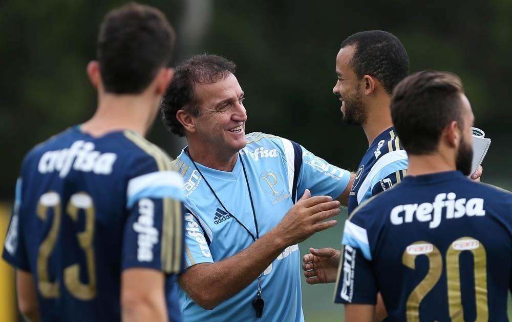 Cuca cumprimenta o zagueiro Roger Carvalho no primeiro dia no comando do Palmeiras