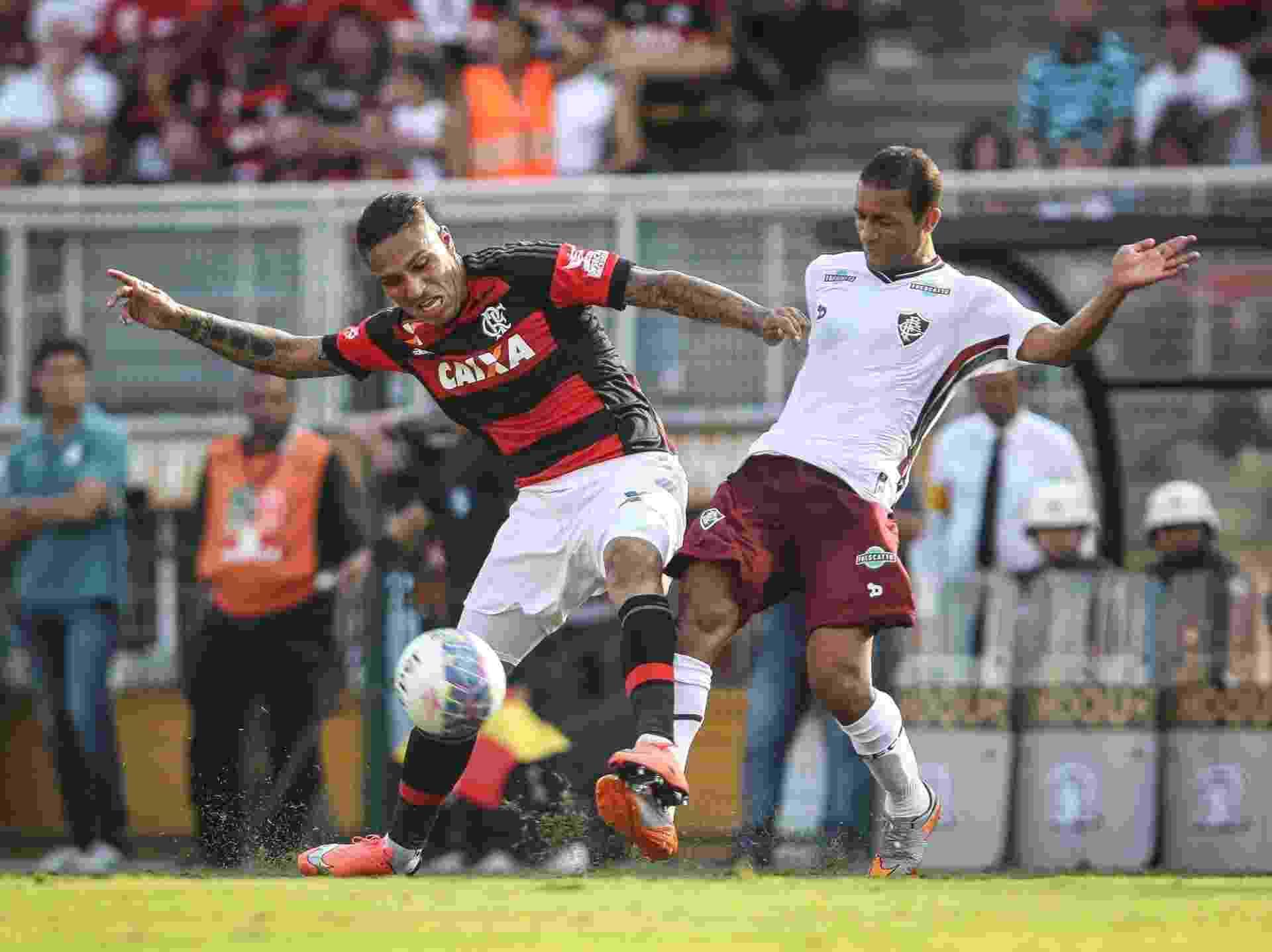 Guerrero disputa bola com Pierre, durante a partida entre Flamengo e Fluminense - Ricardo Nogueira/Folhapress