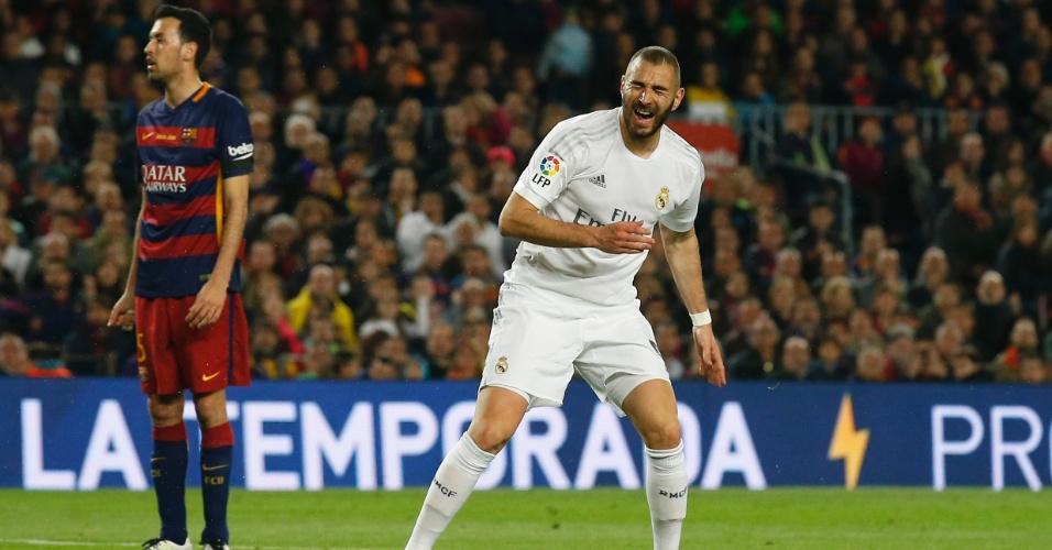 Benzema, atacante do Real Madrid, se lamenta após perder chance de gol no clássico contra o Barcelona, pelo Campeonato Espanhol