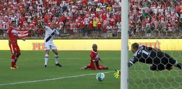 Leandrão reage após finalizar para marcar o primeiro gol do Vasco sobre o CRB