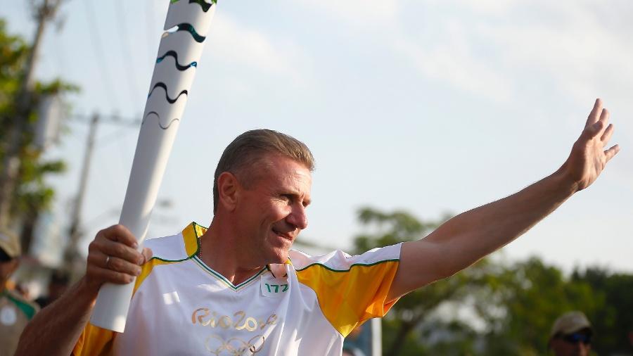 Sergey Bubka carrega tocha olímpica no Rio de Janeiro antes dos Jogos de 2016 - Rio 2016/Fernando Soutello