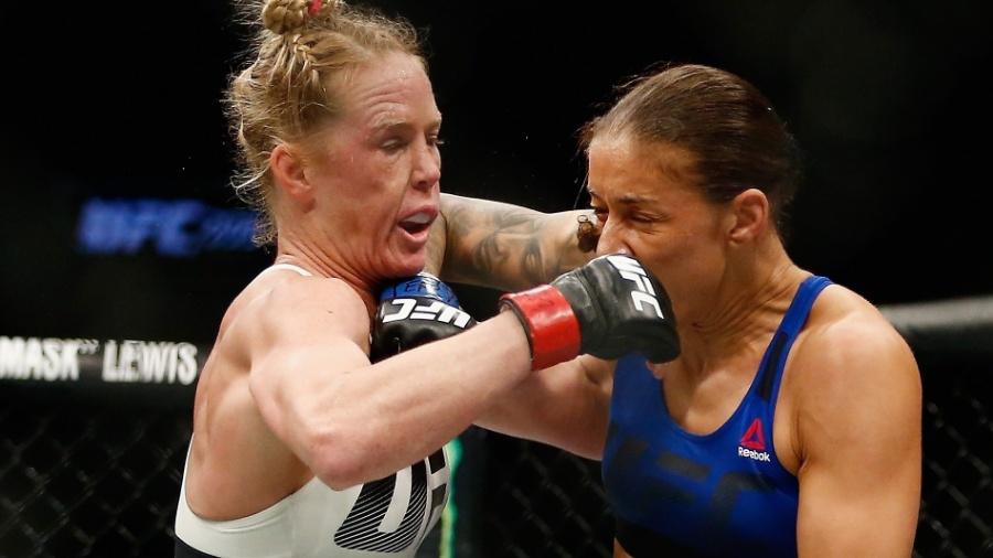 Germaine de Randamie (d) venceu Holly Holm para conquistar o cinturão dos penas - Anthony Geathers/Getty Images/AFP