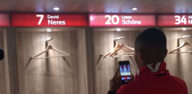 David Neres tira foto do vestiário do Ajax