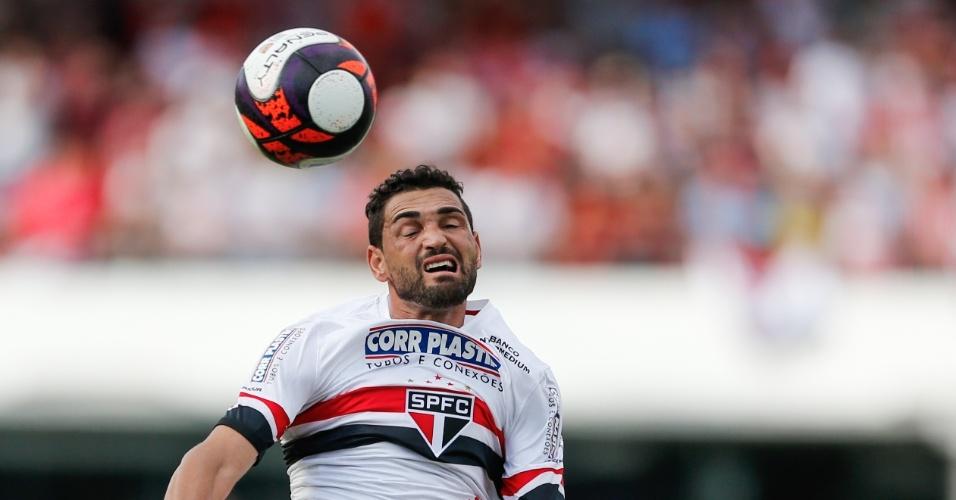 Gilberto sobe para cabecear no jogo entre São Paulo e Conrinthians