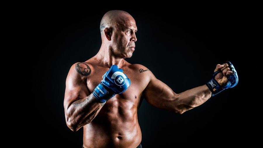 Wanderlei Silva posa com luvas azuis do Bellator - Reprodução