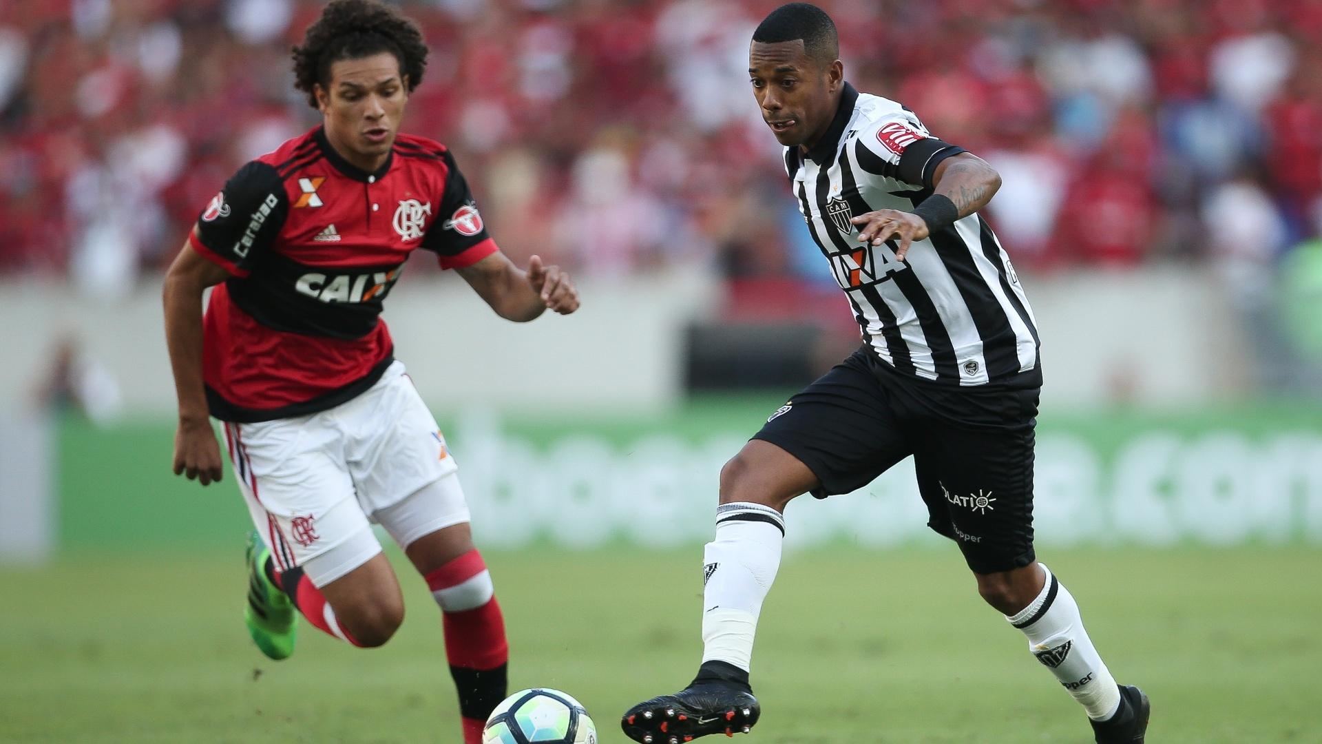 Robinho, do Atlético-MG, e William Arão, do Flamengo, durante jogo da primeira rodada do Brasileiro