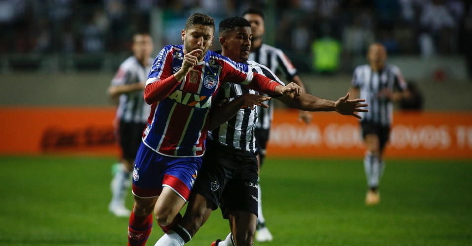Zé Rafael, do Bahia, sofre falta na partida contra o Atlético-MG