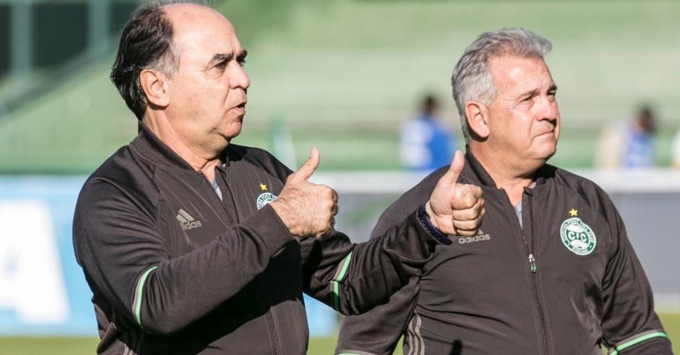 Marcelo Oliveira, técnico do Coritiba, acena para a torcida antes de jogo contra o Atlético-MG
