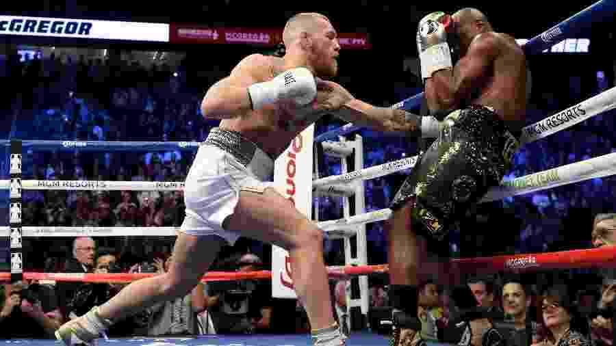 McGregor acua Mayweather nos instantes iniciais da luta - Christian Petersen/AFP